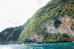Traditionele longtailboot in baai, Phi Phi Island, Krabi, het strand van Thailand op Phuket Stock Afbeeldingen