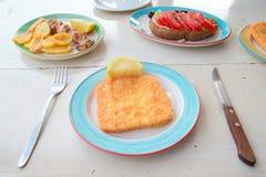 Traditionele lunch met heerlijke verse Griekse salade, frappe en gebraden kaas op de lijst stock foto's
