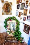 Traditionele Maagdelijke Mary Altar in Huis in Barichara, Colombia royalty-vrije stock foto's