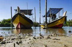 Traditionele Maleise vissersboot die dichtbij riverbank wordt vastgelegd royalty-vrije stock afbeelding
