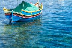 Traditionele Maltese vissersboot, St Thomas Bay, Marsascala, Mal Royalty-vrije Stock Foto