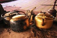 Traditionele manier om Bedouin thee op een open brand in een dese te koken stock foto's
