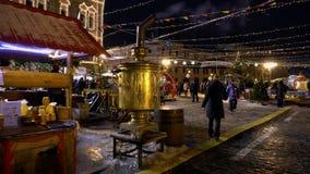 Traditionele markt op Rood Vierkant, Kerstbomen, Kerstmisdecoratie, samovar stock videobeelden