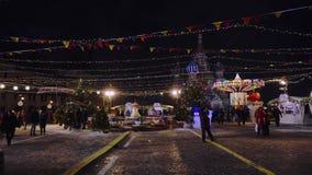 Traditionele markt op Rood Vierkant, Kerstbomen, Kerstmisdecoratie, samovar stock footage