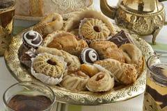 Traditionele Marokkaanse koekjes met thee Stock Foto's