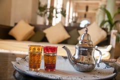 Traditionele Marokkaanse muntthee met theepot en glazen stock afbeelding