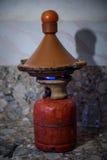 Traditionele Marokkaanse tagine die op gasfles maken Stock Foto