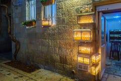 Traditionele Menorahs met olijfoliekaarsen, Joods kwart, Jeruzalem stock foto's