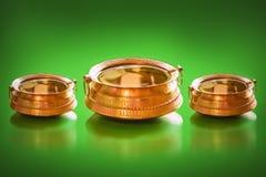 Traditionele Messingspot met hoogtepunt van water en muntstukken binnen voor gelukkige charme stock afbeeldingen