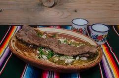 Traditionele Mexicaanse huarache in kleischotel Stock Foto's