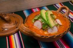 Traditionele Mexicaanse pozole in kleischotel Stock Afbeelding