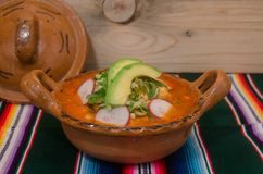 Traditionele Mexicaanse pozole in kleischotel Royalty-vrije Stock Afbeelding