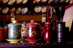 Traditionele mok voor thee op de plank in de giftwinkel royalty-vrije stock foto