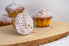 Traditionele muffins of gebakken basiscupcakes dicht omhoog, selectieve nadruk royalty-vrije stock fotografie