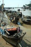 Traditionele Myanmar fishingboat op estuarium in Kyaikto-stad Royalty-vrije Stock Afbeeldingen