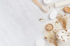 Traditionele natuurlijke rustic spa witte schoonheidsmiddelenproducten en beige badtoebehoren op lichte houten achtergrond, grens stock afbeelding