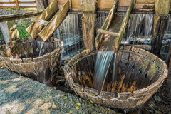 Traditionele natuurlijke wasmachine onder een stroom van water in Mara stock fotografie