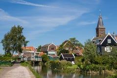 Traditionele Nederlandse die huizen op het Marken-eiland, in Nederland worden gezien Stock Foto