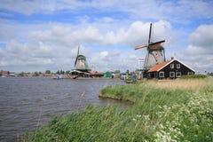 Traditionele Nederlandse die windmolens in Zaanse Schans aan Amsterdam worden gesloten Stock Afbeeldingen