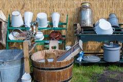 Traditionele Nederlandse landbouwerswerktuigen met een waskom Stock Foto