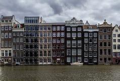 Traditionele Nederlandse middeleeuwse gebouwen binnen langs de kanaalkant Amsterdam, Nederland Stock Foto's
