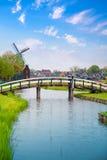 Traditionele Nederlandse oude houten windmolen in Zaanse Schans Stock Foto
