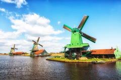 Traditionele Nederlandse oude houten Windmolens in Zaanse Schans - museum Royalty-vrije Stock Fotografie