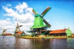 Traditionele Nederlandse oude houten Windmolens in Zaanse Schans - museum Stock Afbeelding