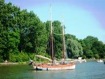 Traditionele Nederlandse varende boot in één van de havens in Hoorn, Holland, Nederland stock afbeeldingen