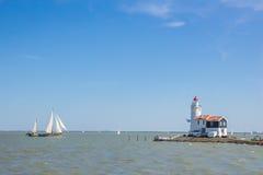 Traditionele Nederlandse vuurtoren en boot Stock Foto