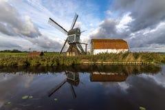 Traditionele Nederlandse windmolen met zijn schuur stock afbeeldingen