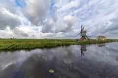 Traditionele Nederlandse windmolen met zijn schuur stock foto's