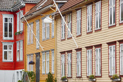 Traditionele Noorse gekleurde klassieke huizenvoorgevels in Bergen Stock Foto's