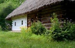 Traditionele Oekraïense landelijke huiszomer Stock Afbeeldingen
