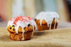 Traditionele Oekraïense verfraaide de cakepaska van Pasen, kulich Stock Afbeeldingen