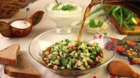 Traditionele okroshka van de de zomer koude soep met kwas stock video