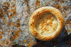 Traditionele oostelijke lepeshka nan - wit vlak die brood in oud wordt gebakken Stock Afbeelding