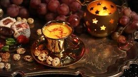 Traditionele Oosterse Snoepjes op Uitstekend Marokkaans Dienblad Kop van de Thee van Saffraanmasala met Indische kruiden stock videobeelden