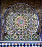 Traditionele oosterse tegels die de fontein, Marokko verfraaien royalty-vrije stock foto