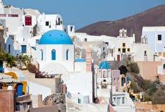 Traditionele oriëntatiepunten met blauwe koepel in Santorini Royalty-vrije Stock Afbeelding