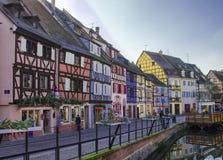 Traditionele, oude en kleurrijke huizen in de Elzas stock afbeeldingen