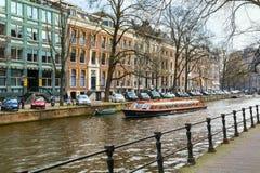 Traditionele oude huizen, kanaal, brug, fietsen in Amsterdam, Nederland Royalty-vrije Stock Foto