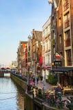 Traditionele oude huizen, kanaal, brug, fietsen in Amsterdam, Nederland stock fotografie