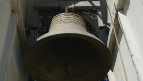 Traditionele oude klokken die in een kerktoren bellen stock video