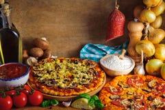 Traditionele pizzaingrediënten royalty-vrije stock afbeelding
