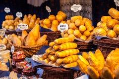 Traditionele poetsmiddel gerookte kaas oscypek op openluchtmarkt in Krakau, Polen. Royalty-vrije Stock Fotografie