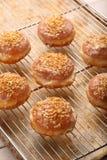 Traditionele Poolse eigengemaakte donuts met likeur en okkernoten royalty-vrije stock afbeeldingen