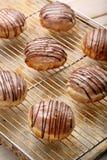 Traditionele Poolse eigengemaakte donuts met likeur op Vette Donderdag stock afbeelding