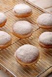 Traditionele Poolse eigengemaakte donuts met likeur op Vette Donderdag royalty-vrije stock afbeelding