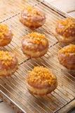 Traditionele Poolse eigengemaakte donuts met roze likeur en sinaasappel stock foto's
